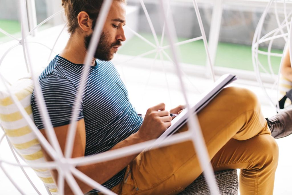 Homme écrit du contenu pour son site web