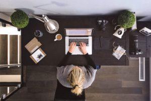 Femme travaille sur son ordinateur