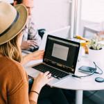 Femme travaille une newsletter sur son ordinateur