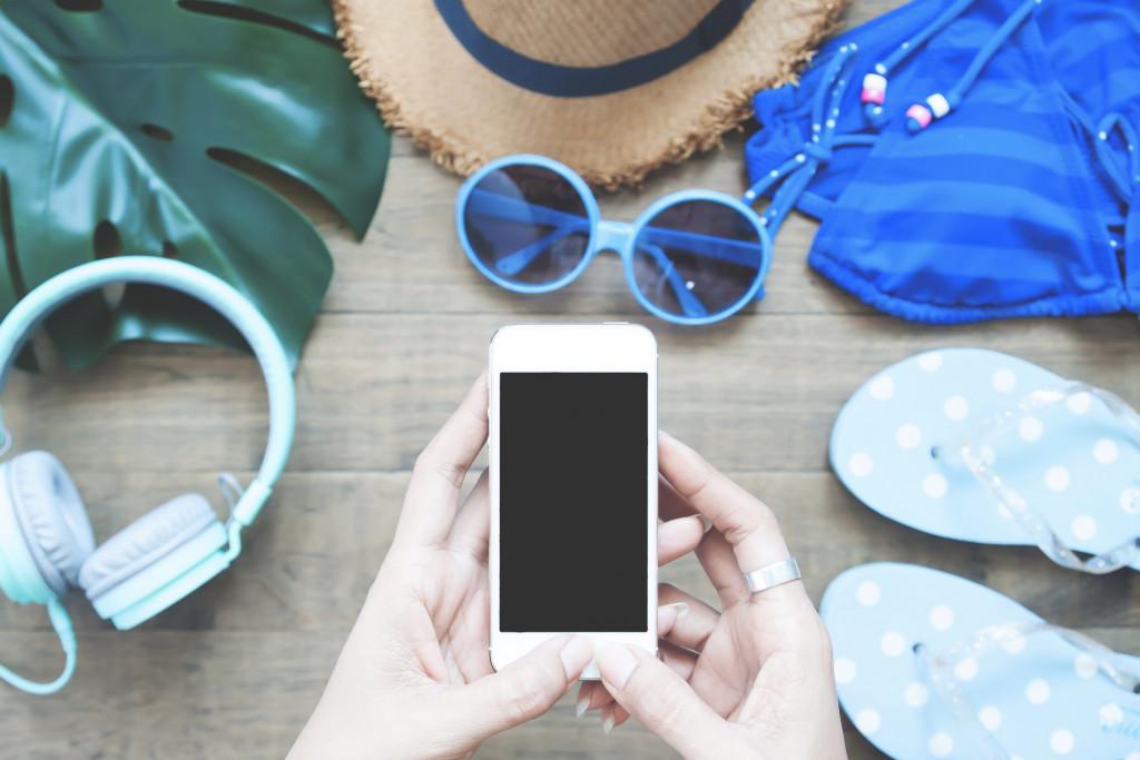 Femme fait une photo de ses affaires pour les vacances