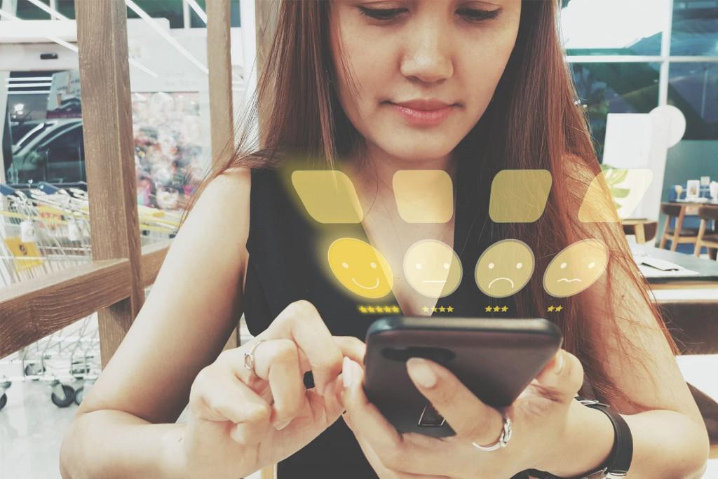 Avis en ligne donné sur un téléphone pour mesurer la satisfaction client