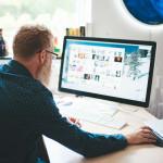 Homme cherche des images sur le web