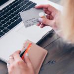 un acheteur sur internet tiens sa carte bancaire pour faire du shopping